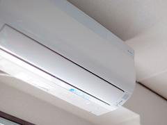 家庭用エアコンから大型の業務用エアコンまで、メーカー・種類・年代問わず、取付いたします。快適な空調環境がより早く整うよう、迅速・丁寧な対応をスタッフ一同心がけております。